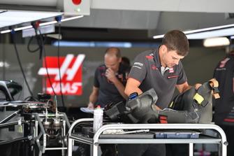 Un meccanico del team Haas F1 con il sedile di una Haas F1 Team VF-18