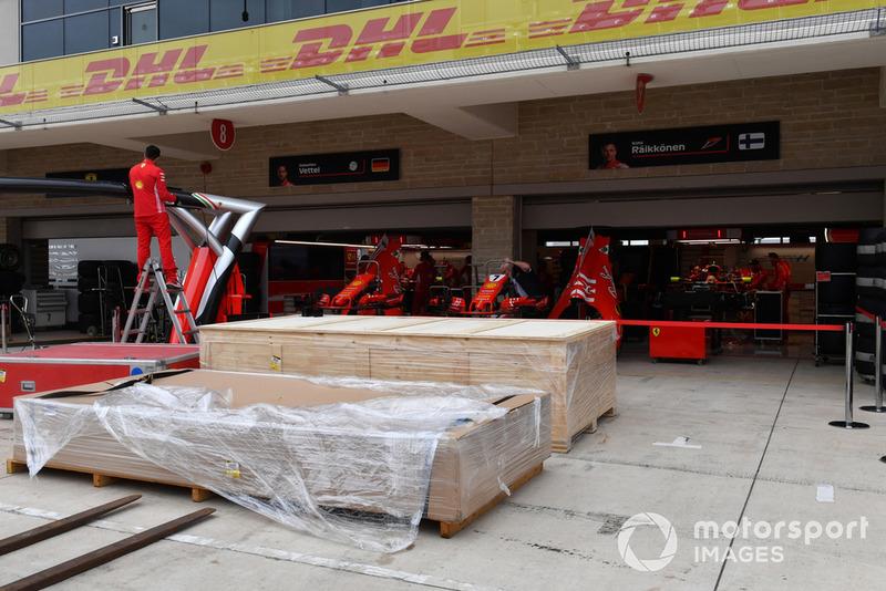 Les préparations dans le garage Ferrari