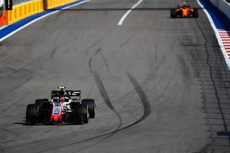 Kevin Magnussen, Haas F1 Team VF-18, leads Stoffel Vandoorne, McLaren MCL33