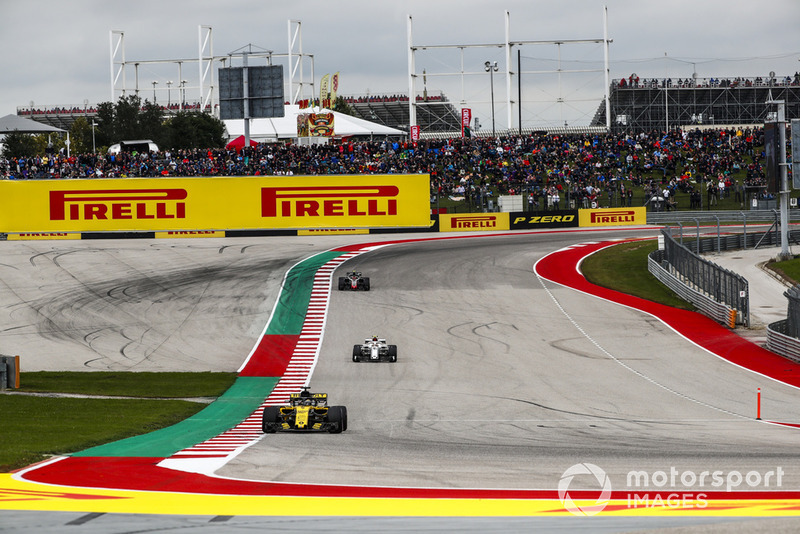 Nico Hulkenberg, Renault Sport F1 Team R.S. 18, leads Charles Leclerc, Sauber C37, and Kevin Magnussen, Haas F1 Team VF-18
