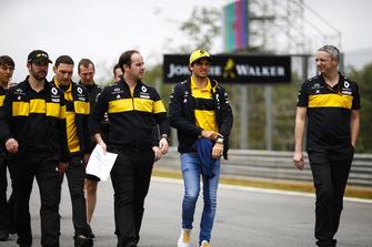 Carlos Sainz Jr., Renault Sport F1 Team, parcourt la piste à pied