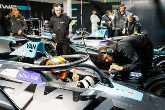 Stoffel Vandoorne, HWA Racelab, VFE-05, effettua degli aggiustamenti, nel garage