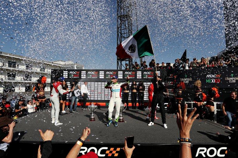 Ganador, Benito Guerra (MEX) celebra en el podio