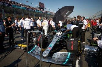 Mecánicos con el coche de Lewis Hamilton, Mercedes AMG F1 W10, en la parrilla