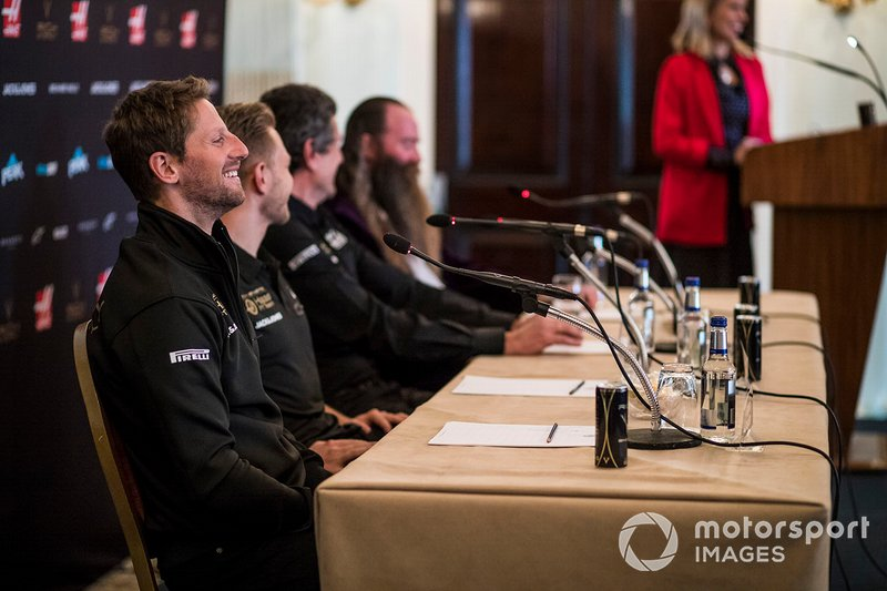 Romain Grosjean, Haas F1 Team, Kevin Magnussen, Haas F1 Team, Guenther Steiner, Team Principal, Haas F1 e William Storey, CEO Rich Energy, durante la conferenza stampa