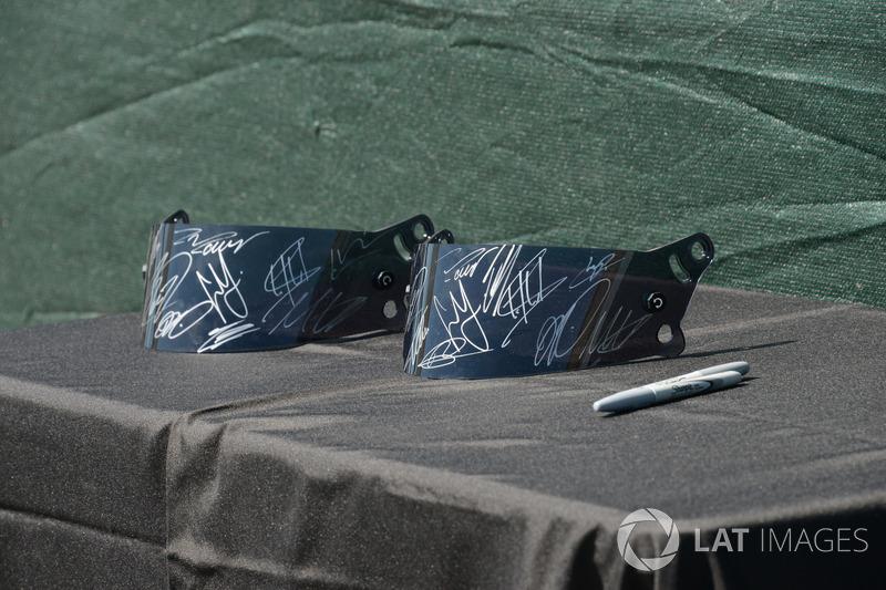 Helm-Visier mit Autogrammen