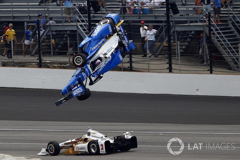 Авария: Скот Диксон, Chip Ganassi Racing Honda, и Элио Кастроневес, Team Penske Chevrolet