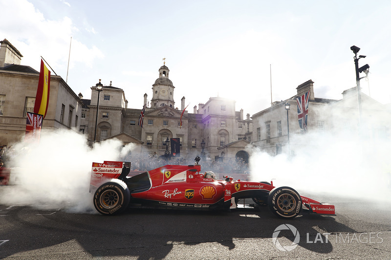 Sebastian Vettel, Ferrari SF70H, haciendo unas donuts