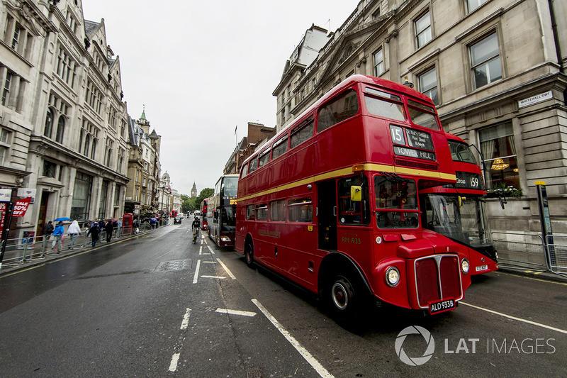 Una vista de Whitehall con un autobús de Londres