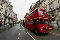 Whitehall road ve Londra otobüsü
