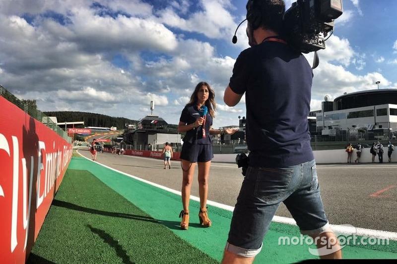 Iker Viana, cámara de televisión de Movistar + F1, y Noemí de Miguel, periodista de Movistar + F1