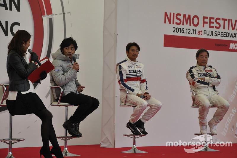 Nissan-Fahrer im Gespräch mit den Fans