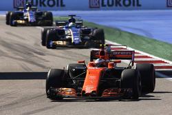 Stoffel Vandoorne, McLaren MCL32, Marcus Ericsson, Sauber C36 y Pascal Wehrlein, Sauber C36