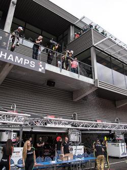 Lando Norris, Carlin Dallara F317 - Volkswagen baña de  de champagne a la gente