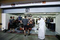 Shaikh Mohammed bin Essa Al-Khalifa, visita el garaje de McLaren
