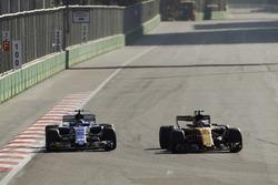 Jolyon Palmer, Renault Sport F1 Team RS17, Pascal Wehrlein, Sauber C36-Ferrari