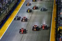 Перед аварией: Себастьян Феттель, Ferrari SF70H, Макс Ферстаппен, Red Bull Racing RB13, и Кими Райкконен, Ferrari SF70H