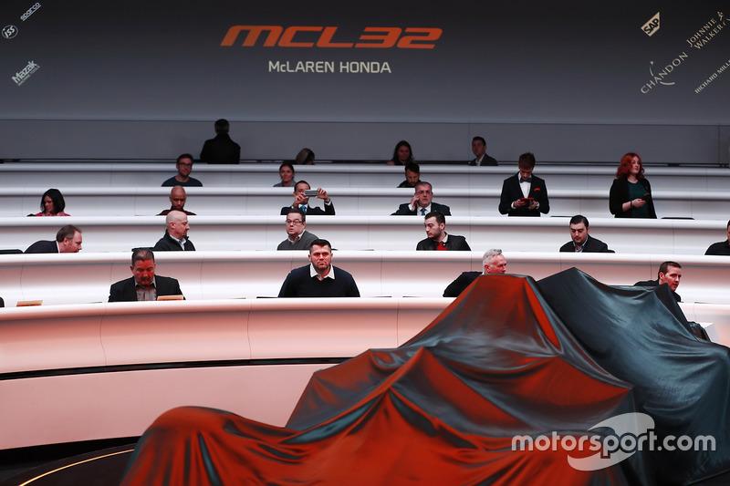 الضيوف فى إنتظار الكشف عن سيارة مكلارين أم.سي.آل32