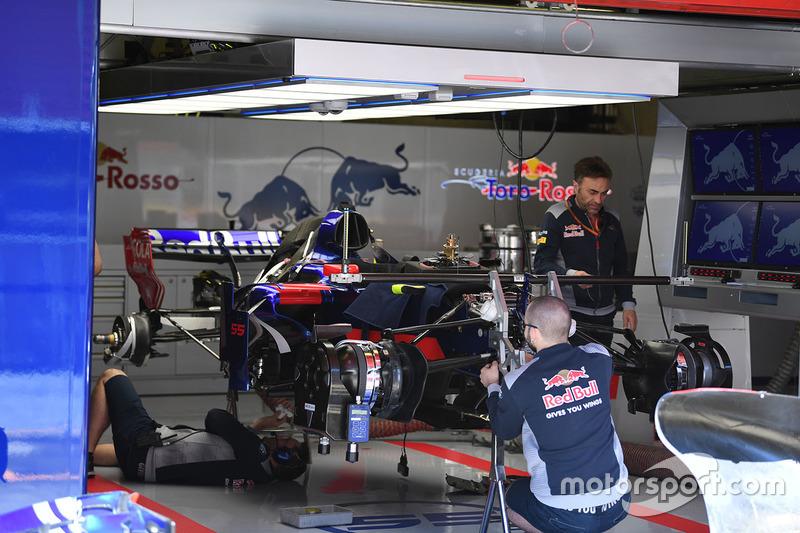 Scuderia Toro Rosso STR12 у боксах