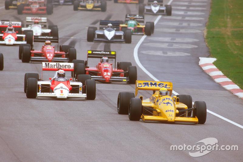 Start: Ayrton Senna, Lotus 99T Honda, Alain Prost, McLaren MP4/3 TAG Porsche, ve Gerhard Berger, Ferrari F187
