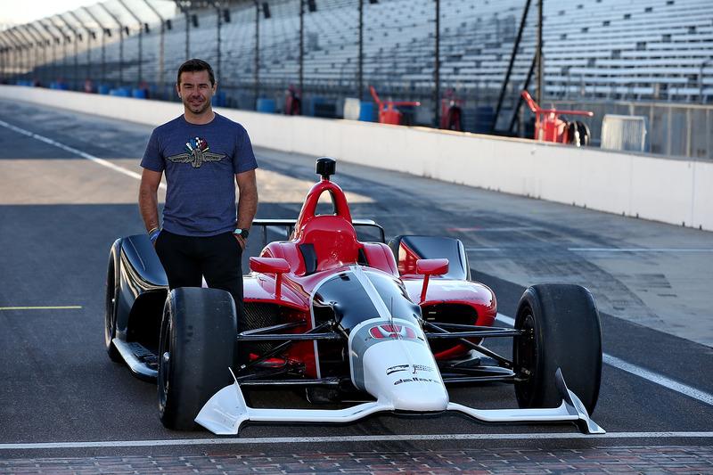 Оріол Сервія та машина IndyCar 2018 року з двигуном Honda