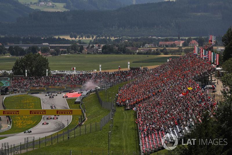 Валттері Боттас, Mercedes AMG F1 W08, лідирує на початку гонки, зіткнення Макса Ферстаппена, Red Bull Racing RB13,та  Фернандо Алонсо, McLaren MCL32 collide