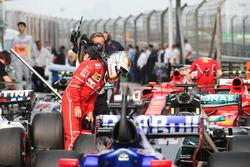 Sebastian Vettel, Ferrari, examina el Mercedes AMG F1 W08