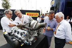 Didier Perrin, Ross Brawn und Charlie Whiting mit dem neuen Formel-2-Motor für 2018