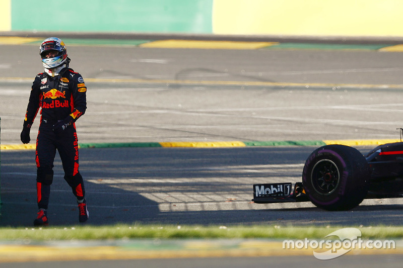 Daniel Ricciardo, Red Bull Racing RB13, retourne aux stands après son abandon