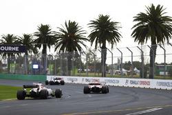 Esteban Ocon, Force India VJM10, suit une Ferrari et une Williams