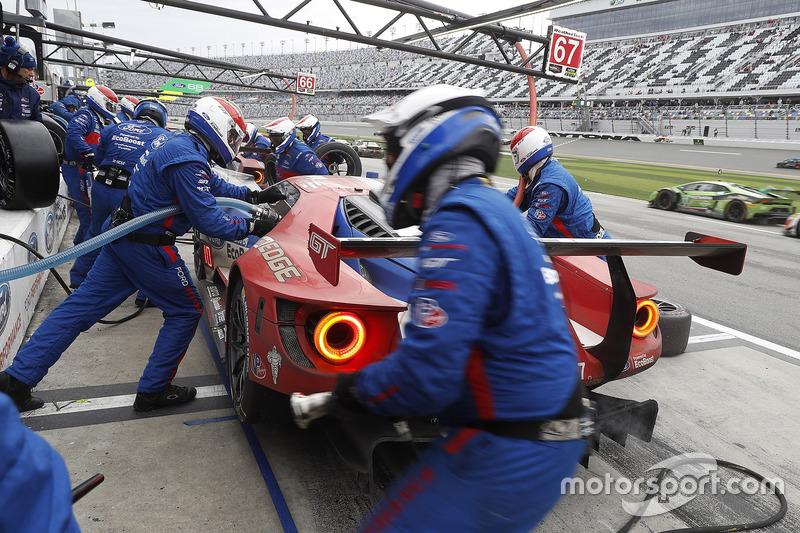 #67 Ford Performance Chip Ganassi Racing Ford GT: Ryan Briscoe, Richard Westbrook, Scott Dixon, pit action