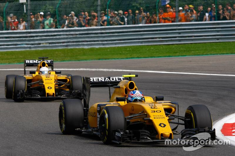 Jolyon Palmer, Renault Sport F1 Team RS16 precede Kevin Magnussen, Renault Sport F1 Team RS16