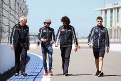 Carlos Sainz Jr., Scuderia Toro Rosso camina el circuito con John Booth, Scuderia Toro Rosso Directo