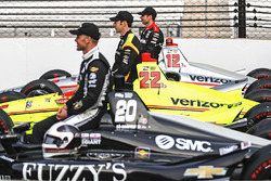 Ed Carpenter, Ed Carpenter Racing Chevrolet, Simon Pagenaud, Team Penske Chevrolet, Will Power, Team Penske Chevrolet posa para las fotos de los clasificados de la primera fila