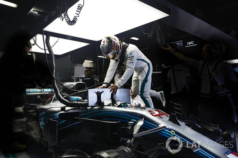 Lewis Hamilton, Mercedes AMG F1, sube a su auto