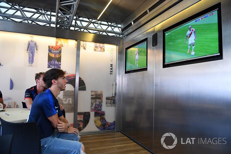 Pierre Gasly, Scuderia Toro Rosso Observa la Copa del Mudo