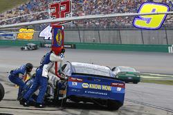 Chase Elliott, Hendrick Motorsports, Chevrolet Camaro NAPA Auto Parts pit stop