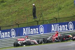 Kimi Raikkonen, McLaren Mercedes MP4/21, si scontra con Vitantonio Liuzzi, Scuderia Toro Rosso STR01