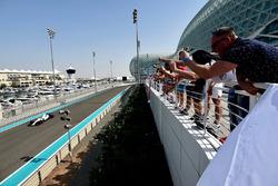 Fans cheer Robert Kubica, Williams FW40