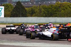 Kevin Magnussen, Haas F1 Team VF-18 Ferrari, Esteban Ocon, Force India VJM11 Mercedes, e Sergey Sirotkin, Williams FW41 Mercedes, a centro gruppo alla partenza