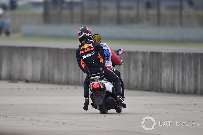 Даніель Ріккардо, Red Bull Racing, зупинився на трасі