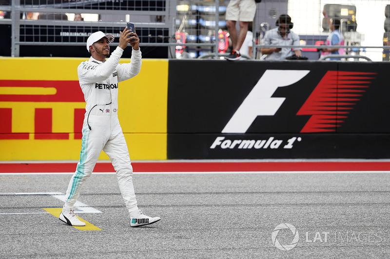 Il poleman Lewis Hamilton, Mercedes AMG F1 festeggia nel parco chiuso