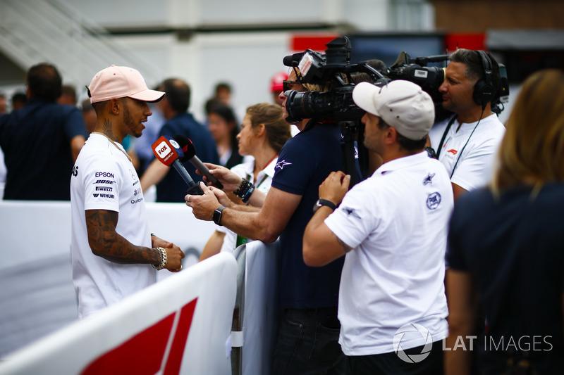 Lewis Hamilton, Mercedes AMG F1, parla con i media