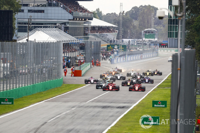 Inicio de la carrera con Kimi Raikkonen, Ferrari SF71H, por delante de Sebastian Vettel, Ferrari SF71H y Lewis Hamilton, Mercedes AMG F1 W09