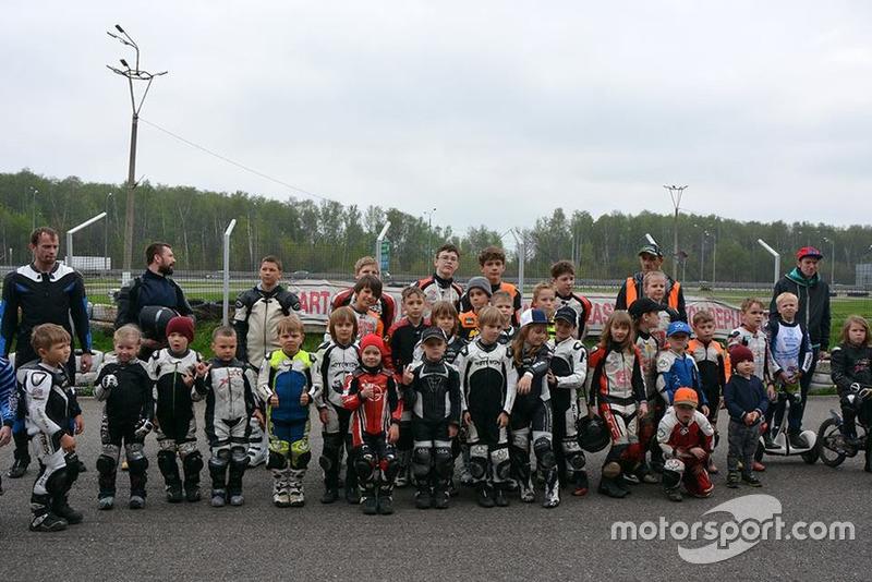 Учасники дитячих мотоперегонів
