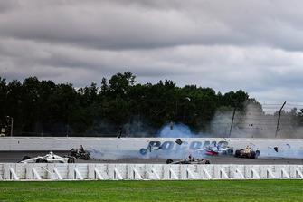 Crash: Robert Wickens, Schmidt Peterson Motorsports Honda, Takuma Sato, Rahal Letterman Lanigan Racing Honda, James Hinchcliffe, Schmidt Peterson Motorsports Honda