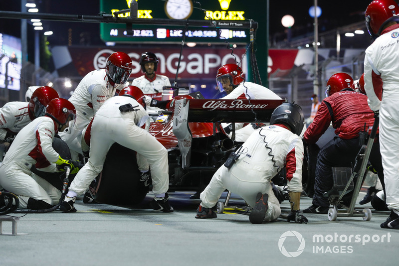 Marcus Ericsson, Sauber C37, in the pits