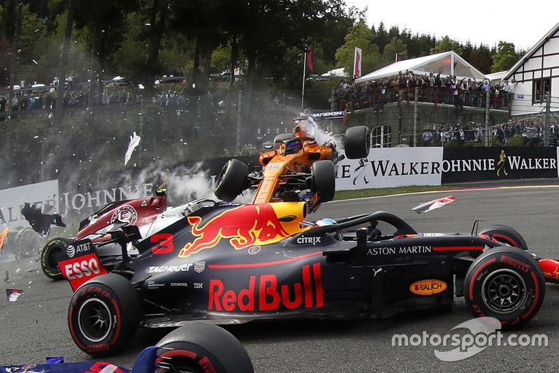 Accidente de Fernando Alonso, McLaren MCL33 en la salida