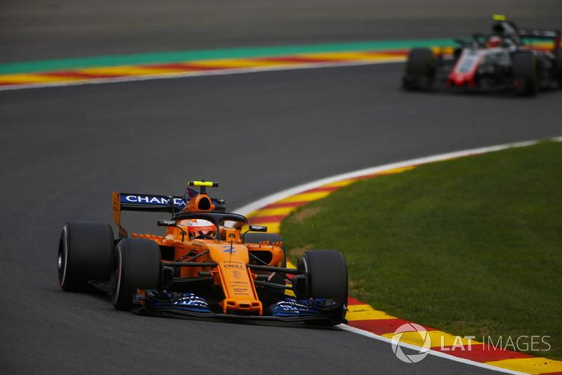 Stoffel Vandoorne, McLaren MCL33, leads Kevin Magnussen, Haas F1 Team VF-18