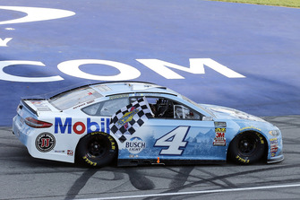 Kevin e Keelan Harvick, Stewart-Haas Racing, Ford Fusion Busch Light / Mobil 1, festeggiano la vittoria